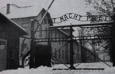 """Portão de Auschwitz-birkenau, onde se lê: """"O trabalho liberta"""""""